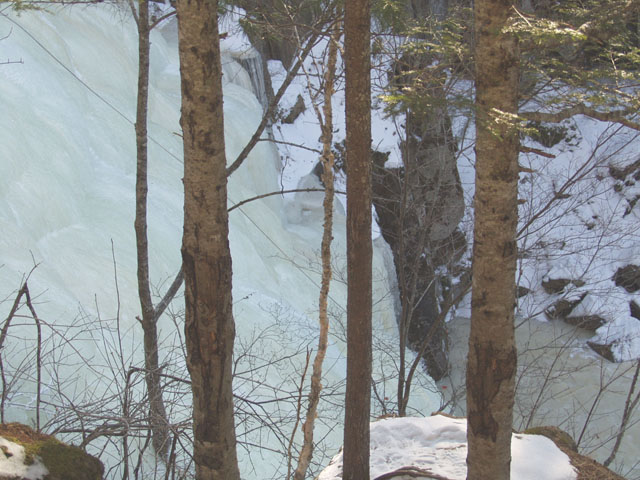 Собственно сами замерзшие водопады. Злобные альпинисты успели тут натянуть свою веревку. Спускаться и изучать местность нет времени, нас ждет бездорожье.