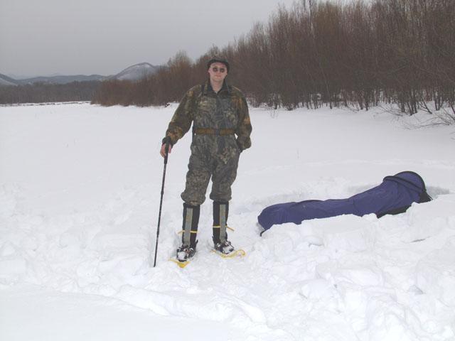 А вот пешком ходить, это действительно жопа. А поскольку самый хитрожопый это конечно я, то и стою гордо в снегоступах. Действительно, сперва жизнь казалась сказкой. Я как цапля по болоту, важно вышагивал не проваливаясь в наст. А за               мной, по самые помидоры в снегу, пыхтели Сергей с Антоном. Однако, очень быстро я сдулся. Ворочать такими ластами, весьма сомнительное удовольствие. Равно как и работать пешим бульдозером. Днем снег стал мокрым, говнодавы слетали с               ног, стали проваливатся по самое нехочу. Так что эта чешуя опять отправится на несколько лет в гараж.
