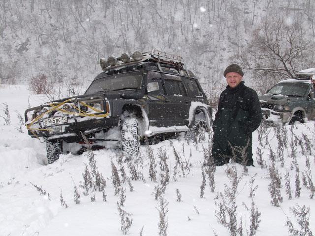 В общем и целом снега конечно мало. Можно передвигаться не только на машине, но даже пешком. Правда на открытых местах немного намело, жаль некому было сфотографировать.