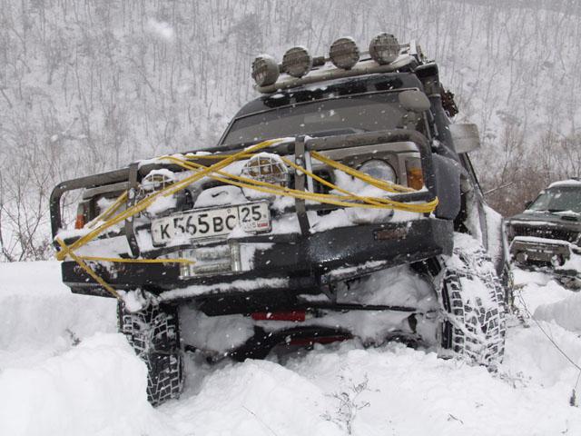 Немного помесили снежок. У Антона замечательная машина, днище абсолютно плоское. Даже след на снегу остается, как от лыжи-переростка. Таскать такую штуку на веревке, сплошное удовольствие. Правда и в снег она садится неглубоко, да еще               и периодически сама передвигается.