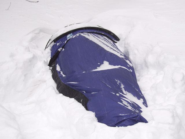 Я как обычно плюхнулся в первый попавшийся снегроб.
