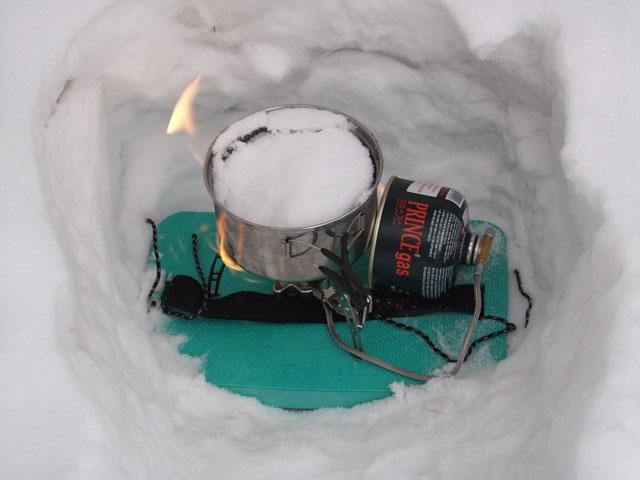 Процесс добычи жидкой воды из мягкого снега.
