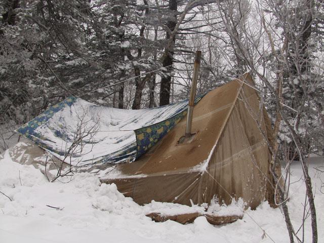 Дабы бороться с трудностями, сперва их нужно создать. Чем настоящие туристы владеют в совершенстве. Всю ночь раздавался стук топоров и стоны придавленных снегом обитателей палатки. Печка заботливо топила падающий снег, подмочив,               в моих глазах, репутацию подобных нагревательных приборов, равно как и одежду со спальниками.