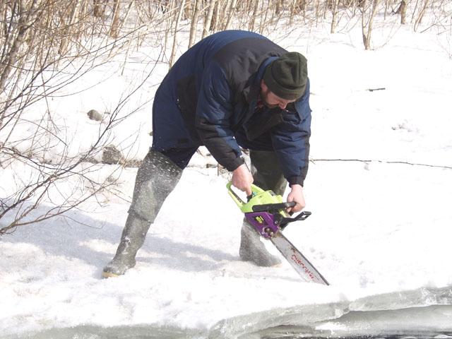 Пропиливаемся в верха, куда плюшефилы не добрались. Причем пилим не только дерева, но и лед. Саныч показал, что такое настоящий энтузязизм.
