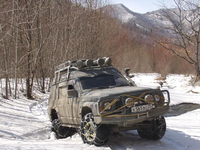 В низовьях свежие следы ГАЗ-66. Плотно повоевав с дорогой, сунуться дальше в броды шишига не решилась. Нетоптанный снег достался нам.