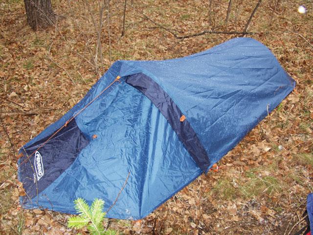 Собственно это лето я планирую берложиться в такой вот палатке. Помимо меня самого, уложенного в форме собачьих фекалиев, в палатку больше ничего не влазит. Ощущаешь себя одинокой сосиской в вакуумной упаковке.