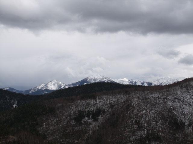 Именно в эти заснеженные возвышенности и лежит наш путь. Одуванчиково-зеленая весна осталась в сотнях километров за задним бампером пепелаца.
