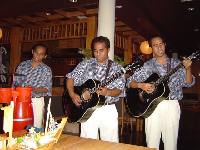 Непременный атрибут любого индонезийского ресторана, это живая музыка. Причем музыканты весьма голосистые, приятно послушать.               Сперва спрашивают откуда мол вы, потом типа поют национальную песню. Национальную песню посетителя...                                         Здравствуй, моя Мурка, здравствуй, дорогая,               Здравствуй, дорогая, и прощай!               Ты зашухарила всю нашу малину,               А теперь маслину получай...                                         Я вошел в образ. Пил водку стаканами и слушал
