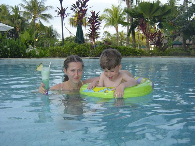 Типичный индонезийский отель имеет жуткого размера бассейн. А типичный индонезийский бассейн имеет жуткого размера бар. Не               вылезая на поверхность, можно ухрюкиваться различными спиртными напитками.