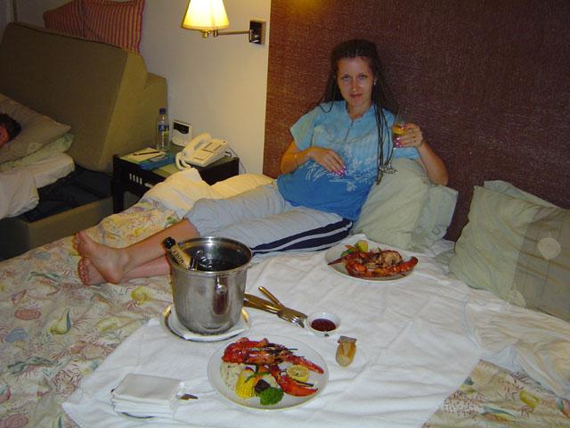 Скромный ужин приносят в номер. Потом месяц отрыгалось омарами.