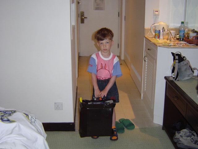 Дитя жутко нервничал при переездах между разными отелями.
