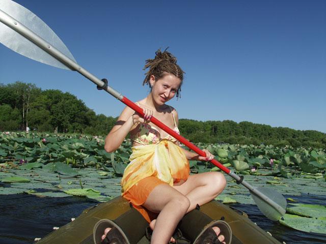 Одноместный Рафтмастер успешно вмещает все мое семейство. Девушка с веслом.