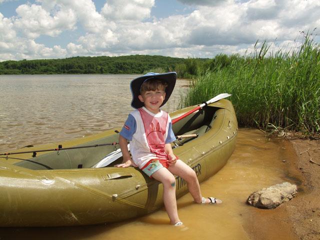 Опробовал Рафтмастеровского Скаута-36 в болотных условиях. Без балласта в виде пассажиров, грести очень тяжело. Короткая байдарка весьма рысклива. Однако по заросшему болоту идет               идеально. И трава не мешает, да и просто какая-то уютная посудина, как четвероногий друг - диван. Хочется бросить рыбалку и завалиться спать на дно лодки, что я и сделал.