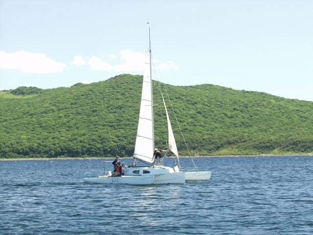Во второй половине дня, до островов дошлепали и парусные посудины. Такой вот забавный тримаран.