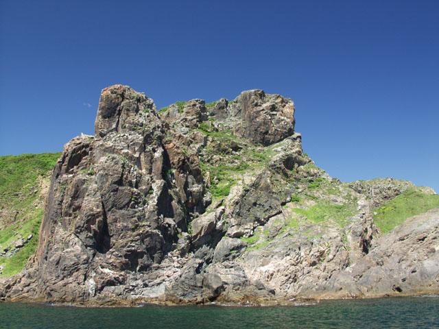 Ершей отправились ловить у острова Клыкова. Живописные скалы которого, весьма художественно обосраны чайками и прочими птицами.