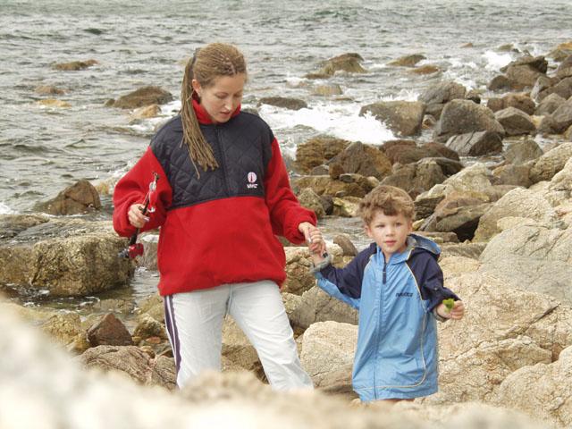 Мое семейство бродит по крупногалечному берегу.