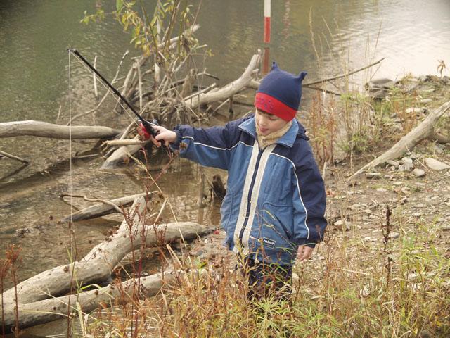 Мой детеныш ловит рыбу.