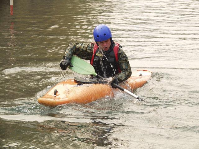 Спасаясь от дневной жары, каякоплавающие весело плещутся в реке.