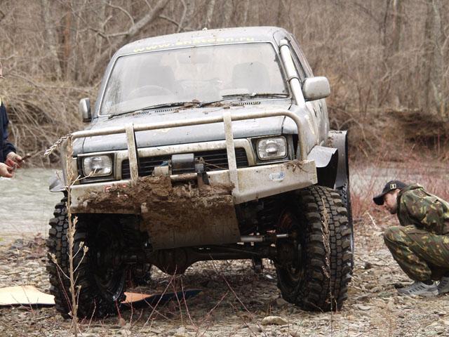 Сергей произвел внеплановый тюнинг ходовой части автомобиля. Понавтыкали, понимаешь, пней в лесу...