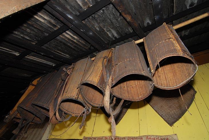 В таких фиговинах раньше носили рис с полей. Сейчас вывесили их на улице, гостям на потеху.