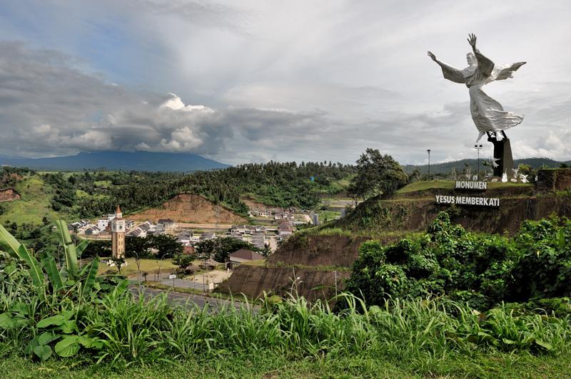 Над элитным районом города парит огромная статуя Иисуса. Весомое разнообразие для ЮВА, большинство поселений в которой редко распространяют свою фантазию дальше «самой большой статуи Будды».