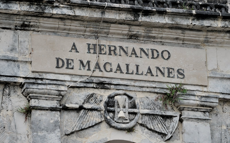 И только Лапу-Лапу — вождь острова Мактан, открыто выразил недовольство распространявшимися с Себу испанскими нововведениями, в недружественной форме уточнив, в каком месте он желает видеть и правительство Себу, и испанцев. Может в силу гнусности характера, или по еще каким неведомым причинам, но в итоге Лапу-Лапу нарвался на международный конфликт. Переговоры успехом не увенчались, и Магеллану ничего не оставалось как провести миротворческую миссию супротив непокорных островитян.