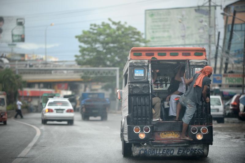 Грузовик с будкой без стекол, продольные лавки, специальный человек на заднем бампере — вот и вся нехитрая конструкция городского автобуса.