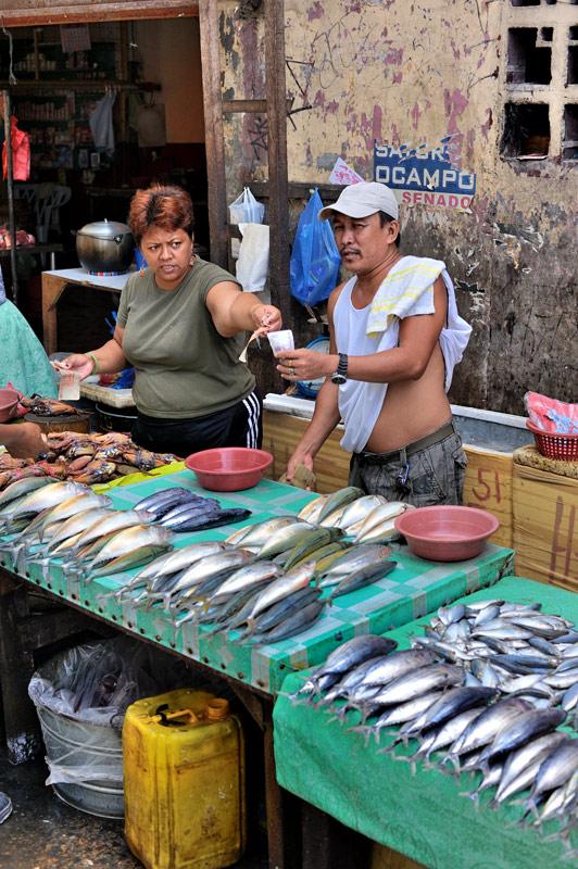 Удивляет наличие свежей рыбы, учитывая распространенную версию о сильно подорванных рыбных запасах в здешней акватории.
