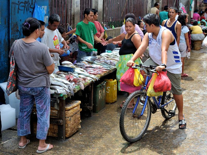 Впрочем, торговля идет бойко, рыбьи трупики на прилавках не залеживаются.