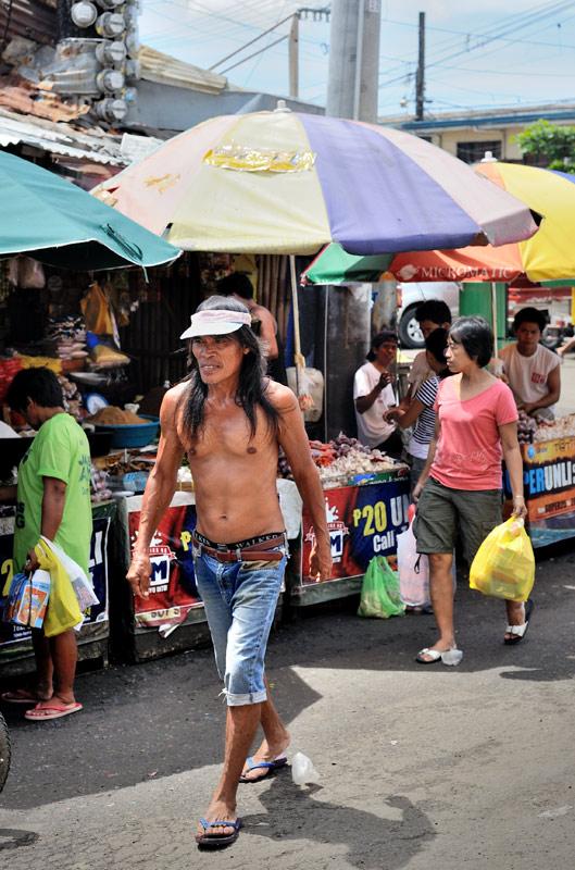 Интересно, что как и в других частях ЮВА, религиозное рвение у граждан тут наблюдается чаще всего почему-то среди таксистов. И если в буддистских регионах ЮВА всё ограничивается лишь украшением автомобиля цветами и сопутствующей атрибутикой, то филиппинский таксист, проезжая мимо церкви, запросто может при повороте на перекрестке бросить руль и начать яростно креститься. При этом у его пеших соотечественников крайне редко можно увидеть крестик на шее.