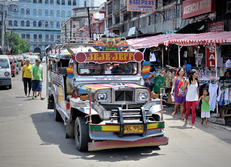Джипни. Тут этих шедевров автомобилестроения не так много, как в Маниле, но для украшения улиц вполне хватает.