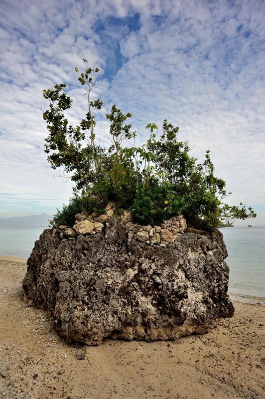 Самал же нас интересовал как место ночлега, откуда утром на лодке можно добираться до пустынных уединенных островков и пляжей.
