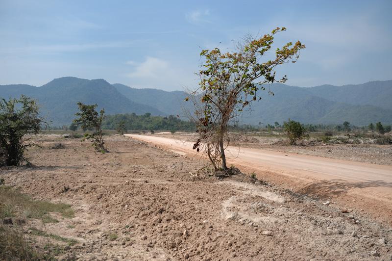 Из местных достопримечательностей — редкие деревни с безлюдными харчевнями и нерегулярно функционирующими рынками, опоясывающее горизонт кольцо гор и свобода двигаться в любом направлении по рыжей глине грунтовок, теряющихся в джунглях на границе с соседней Бирмой.
