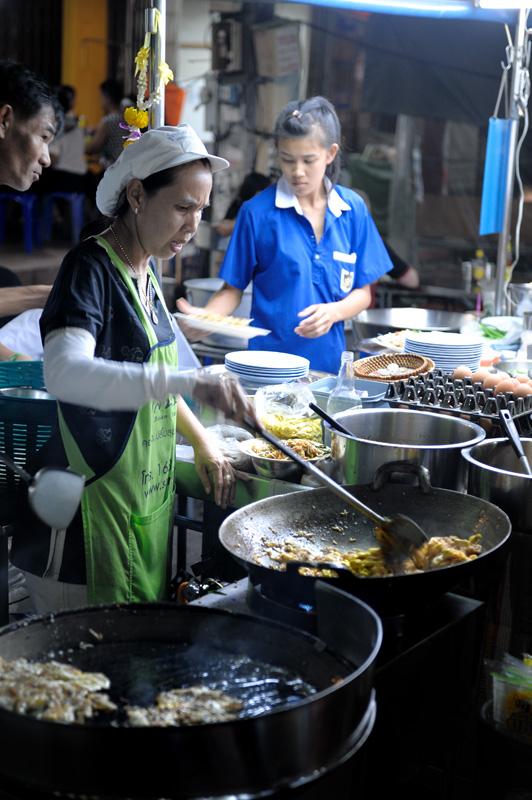 В большинстве уличных тошниловок доступна как добротная европейская кухня, так и привычные азиатские изыски.