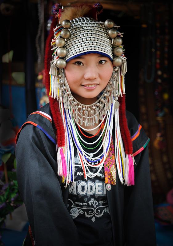 Тропа сия петляла меж близко расположенных деревушек, населенных представителями некогда мигрировавших сюда из Тибета племен, ныне малочисленных. Причем, последнее их переселение состоялось из соседней неспокойной Мьянмы. Так что фактически — это беженцы, занимающиеся побирательством, демонстрируя себя туристам.