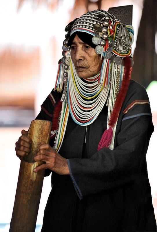 Отличительной чертой женщин этого племени являются шапки — обильно увешанные серебряными монетами и прочей блестящей дребеденью.