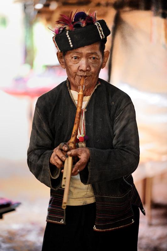 Горцы все еще живут в тесном клубке своих многочисленных мудреных обычаев, не спеша ассимилироваться в тайскую культуру.
