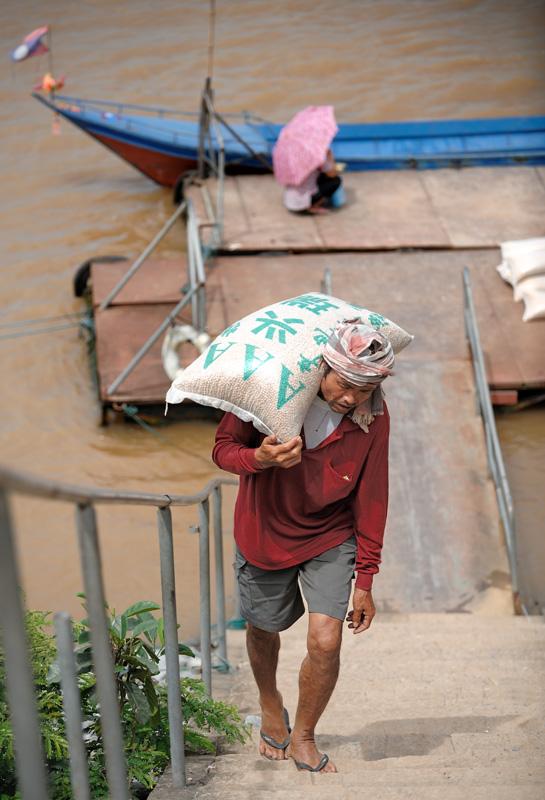 Несмотря на прозрачность границы, сколь-нибудь заметного товаропотока между Лаосом и Таиландом не наблюдается.
