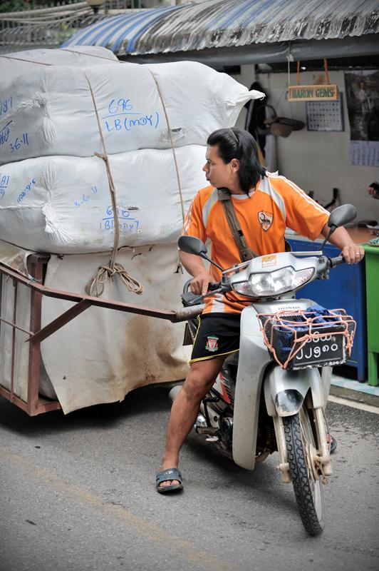 Совсем иначе выглядит граница Таиланда и Бирмы — стены с колючей проволокой, мост через реку, настоящее КПП с пограничниками, забор вдоль берега и нескончаемая вереница груженого транспорта.