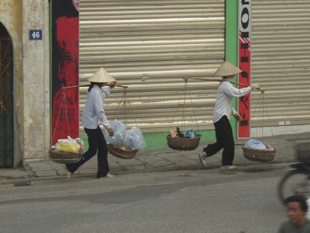 Во Вьетнаме живут вьетнамцы. Они носят конусообразные соломенные шляпы, мочат американцев и делают себе тапочки из колесьев               американской военной техники.