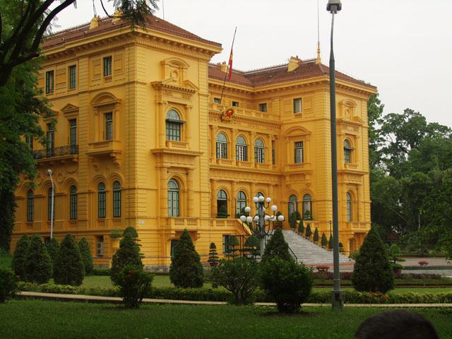 Это одно из редких цивильных зданий в столице Вьетнама. Туда водят всяких там заезжих президентов и прочую шваль, кого стыдно               пускать на городской пляж.