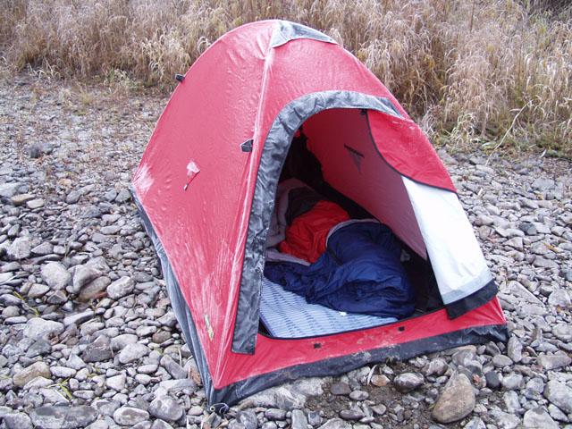 В очередной раз порадовала палатка из гортекса. Количество конденсата внутри исчислялось литрами. Каждое утро я блаженно покидал мокрый спальник, да соскребал плешью с палаточного потолка зашиворотободрящие сосульки. Вероятно я               просто использую конструкцию не по назначению. Скорее всего, посредством этой палатки, предполагалось добывать пресную воду в пустынных и засушливых районах. Отвезу родственникам на дачу. Пущай используют в качестве халявного источника               воды для полива брюквы.