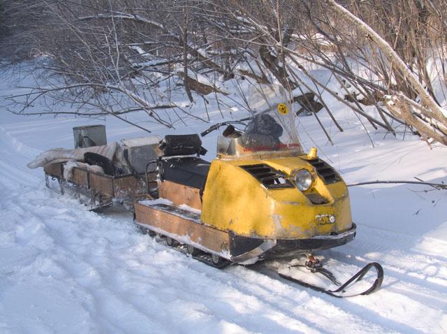 Для дальнейшего перемещения по местности нам были предоставлены вот такие лимузины. Резво подпрыгивая на ледяных торосах, повезли они нас, наматывая десятки километров до рыбных мест.