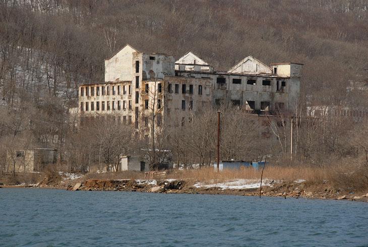 Остров Русский по количеству развалин готов поспорить с Грецией и прочими колыбелями европейской цивилизации.