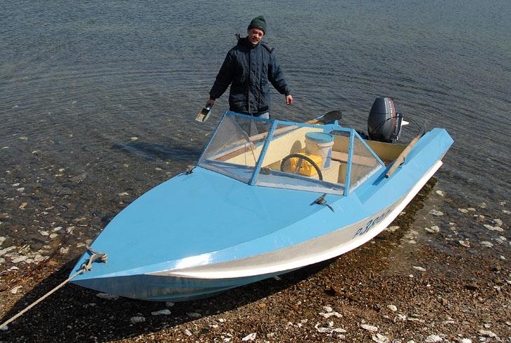 Обалденно красивая лодка, причем самодельная. Ход на волне мягкий, исполнение вполне морское. Забрызгивание практически отсутствует.