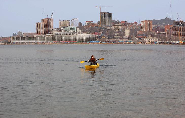 Бурное строительство особенно заметно вдалеке. Владивосток строится.