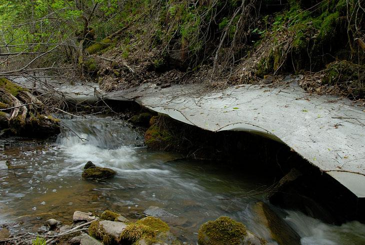 До начала лета осталось всего четыре дня, а в ущельях еще не растаял последний лед.