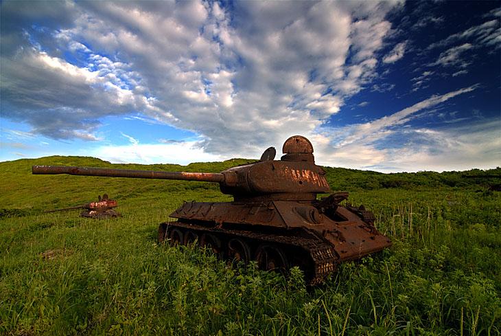 Учитывая некислую коробку бухла, наши четыре трупа вполне могли дополнить собой пейзаж на фоне танков.
