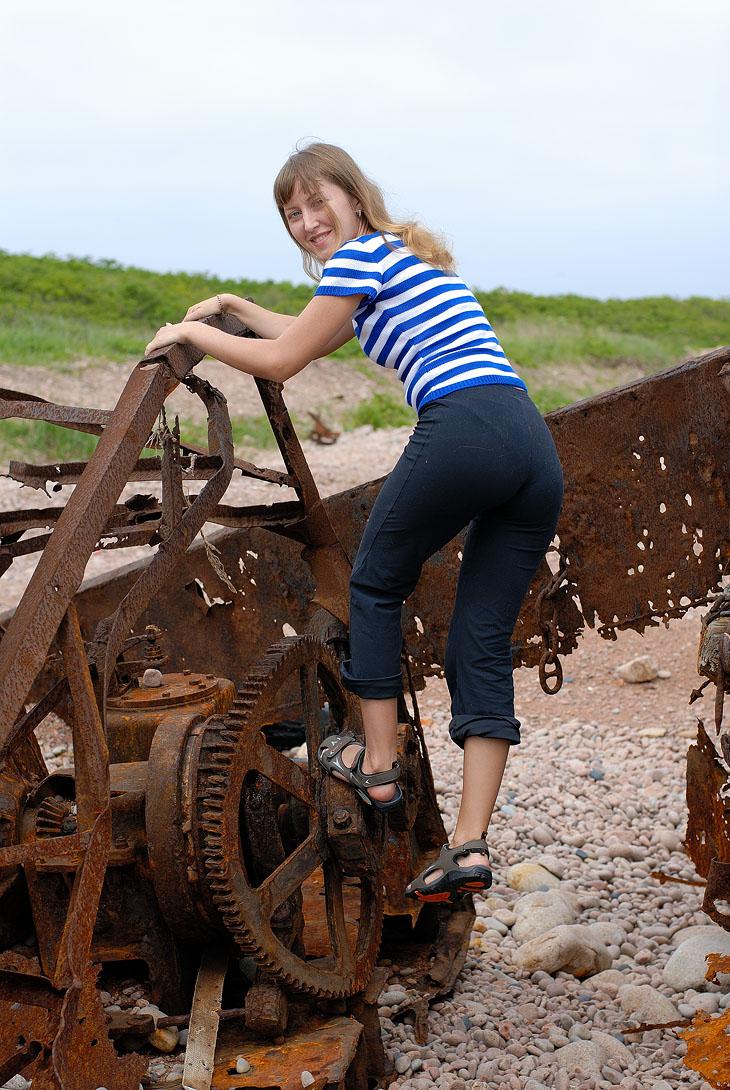 Исследовали остатки ржавой баржи на берегу. Видны многочисленные следы от осколков и прочие попадания снарядов.