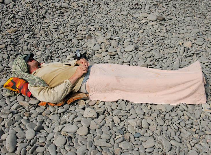 Иван маскировался под сосиску в тесте, пытаясь словить на живца какую-нибудь хищную морскую гадину, выманив ее прямо на берег. Или зрелище было не очень аппетитным, или наживка не той системы, но по берегу с топотом носились               лишь огромные мокрицы.